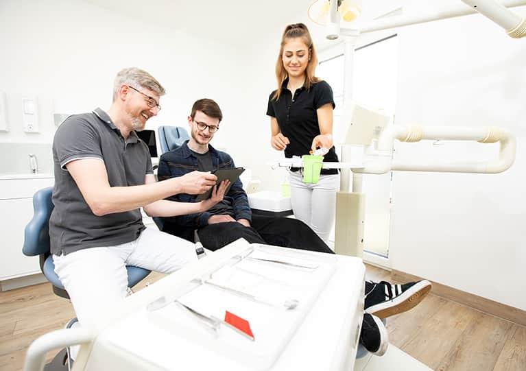 patient im behandlungsraum der zaharztpraxis fausten und hahn mobil